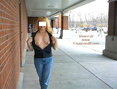 Pic #7 - Blonde Kelly in the Supermarket Lot