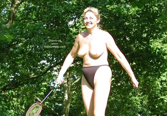 Pic #1 - Older Mom Play´s Badminton