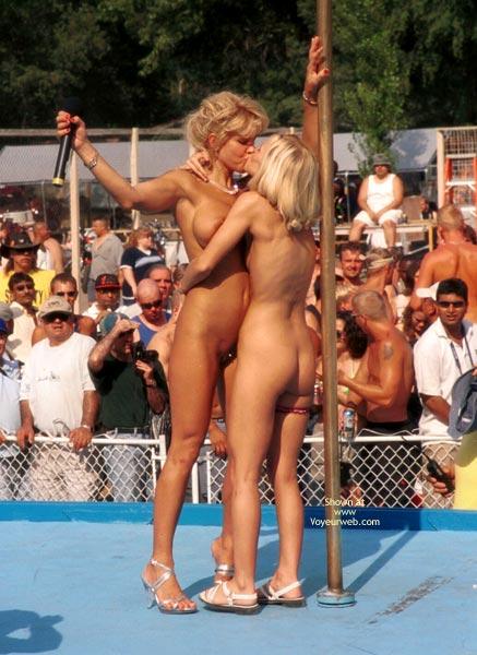 Pic #2 - Nekkid Girls Kissing - Girls Kissing