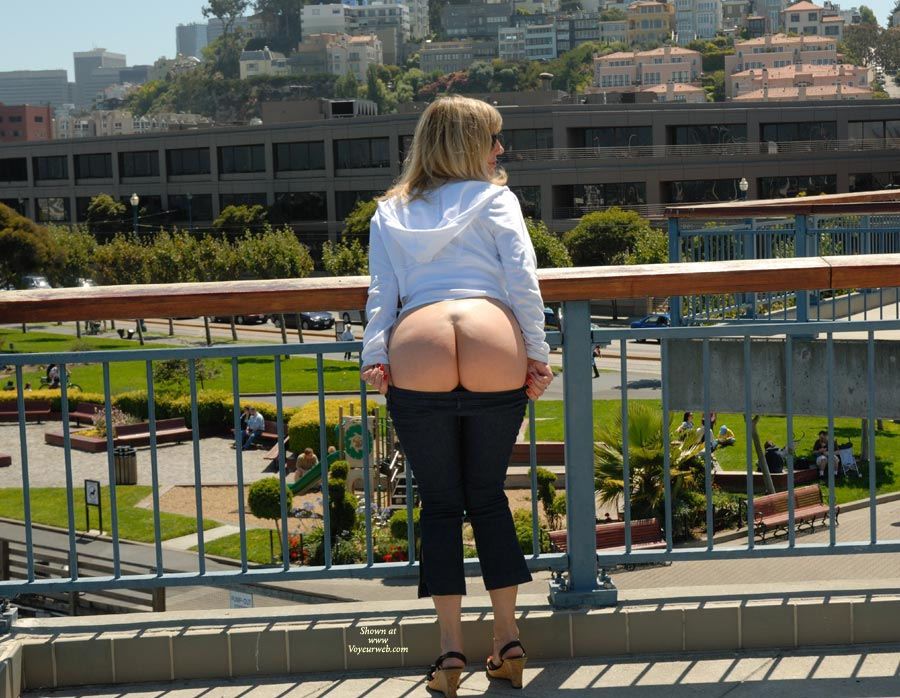 It's always a little chilly near the bay butt as you can see the moon was shinning. hehe!