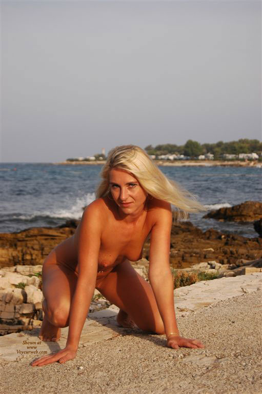 nude crouching on rock   the free voyeurweb s hall of fame