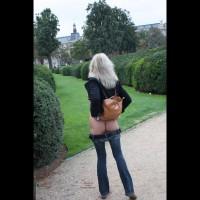 Tina Im Park Vor Dem Louvre