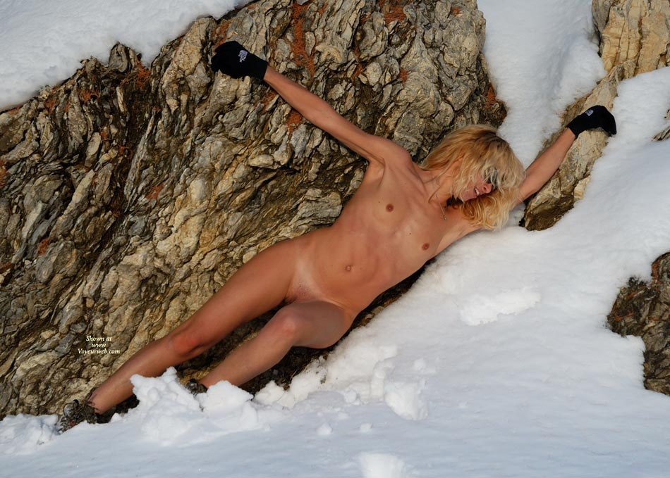sexy-naked-women-playing-in-the-snow