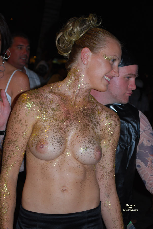 GREAT COSTUME, JUST GOLD GLITTER AND A HUGE SMILE,  WHAT A BEAUTY!!!!