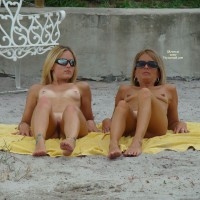 Beach Voyeur: 2 Hotties On The Beach