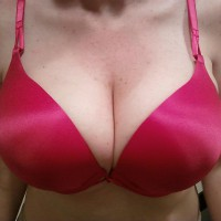 Topless Wife:Hooters