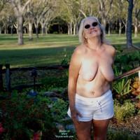 Topless Wife:Having Fun