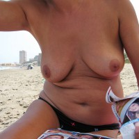 Nude Wife:Wife Relax At Beach