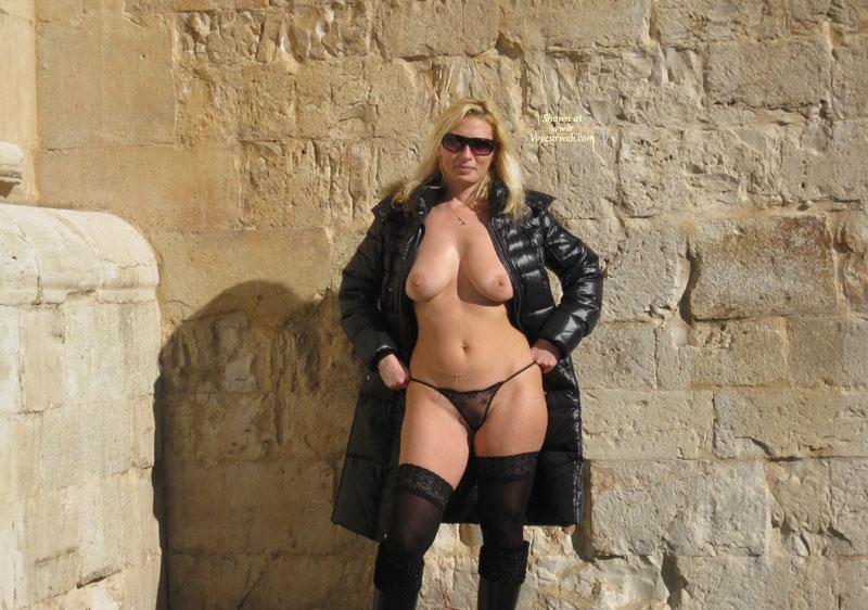 Dolly Outdoors Castel Del Monte , Ciao A Tutti Rieccomi Qui Dopo Un Po Di Tempo Di Assenza , Questa Volta Votatemi In Tanti E Non Vi Deluderò , Un Saluto In Particolare A Lola . Kiss Dolly