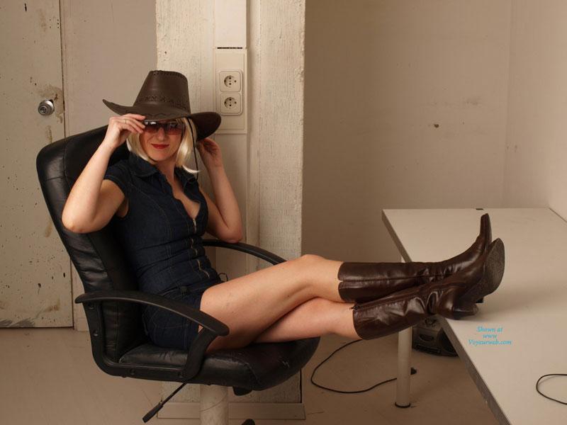 Pic #1 - Sexy Cowgirl , A Lidia Le Pareció Divertido Disfrazarse Con Un Sombrero De Vaquero Para La Sesión De Fotos... Y Este Es El Resultado.