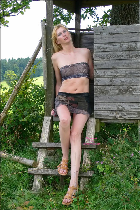 Pic #1 - Sexy-Outdoor-Strip - Ch-Girl-02 , Sexy-Outdoor-Strip-CH-Girl-02