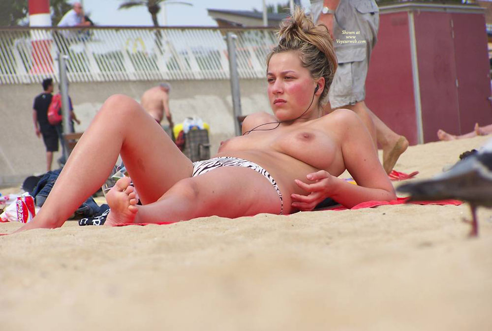 Pic #1 - Belle Blonde On The Beach , Regardez Cette Beautee
