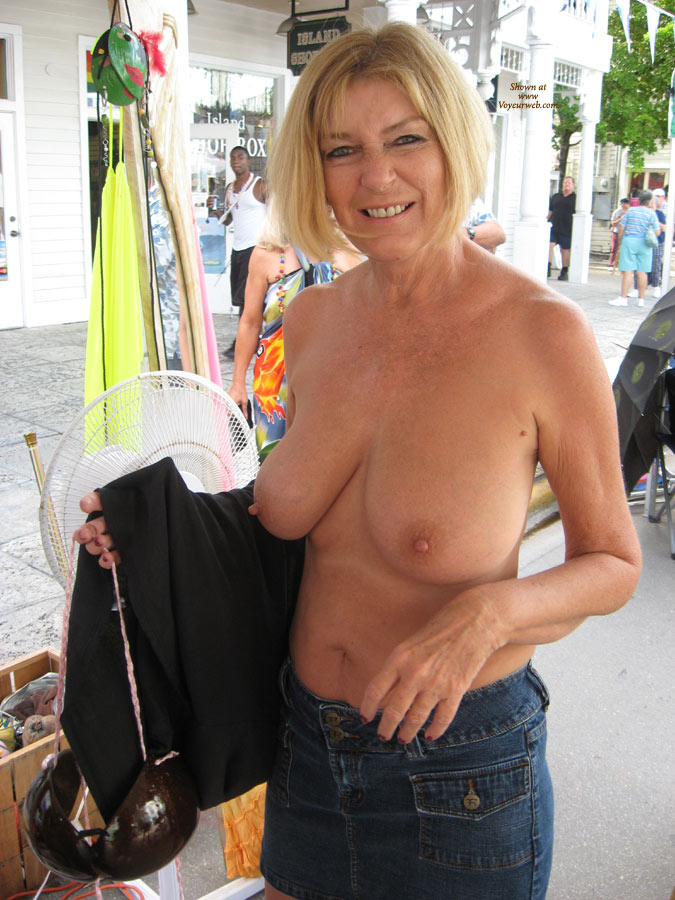 Mature woman falshes her tits