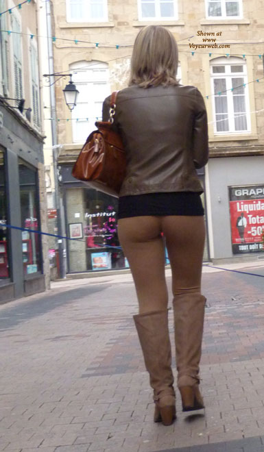 Pic #1 - In The Street , A Girl Very Sexy Walking In The Street And Moove Her Ass Font Of Me.....