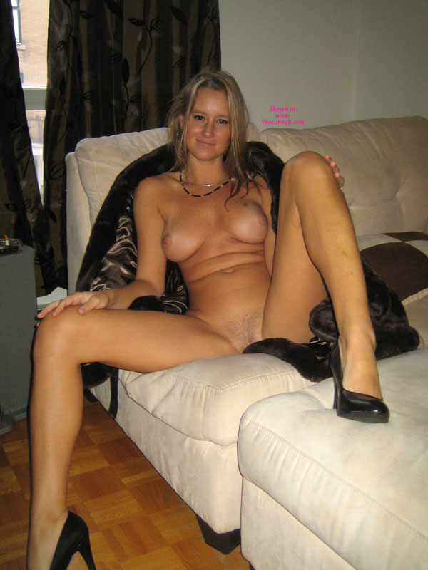 Amateur Housewifes Wife Spread Naked On Couch