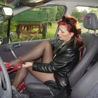 Lady E Getting Nude In A Car - Nude Amateurs