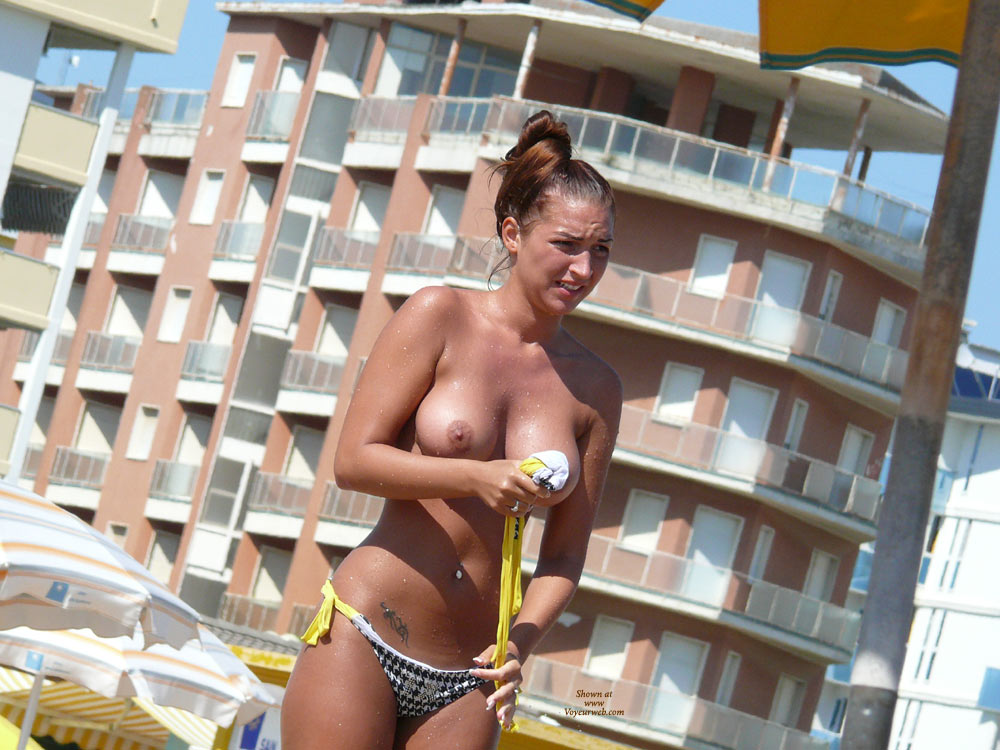 Beach Voyeur: Italian Shower Reloaded 1 , And Suddenly, There She Was Again :-)