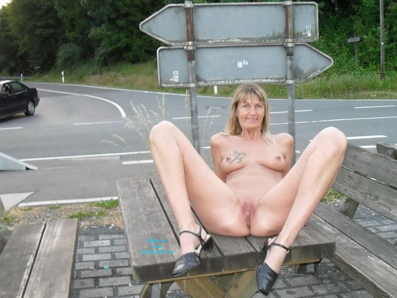 Pic #2 - Regi Nackt in Der Öffentlichkeit - Big Tits, Blonde, Public Exhibitionist, Public Place