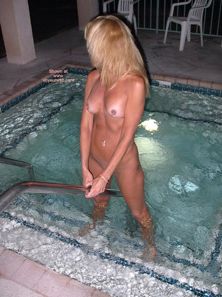 Pic #9 - Dee Goes Naked At The Resort !!!!