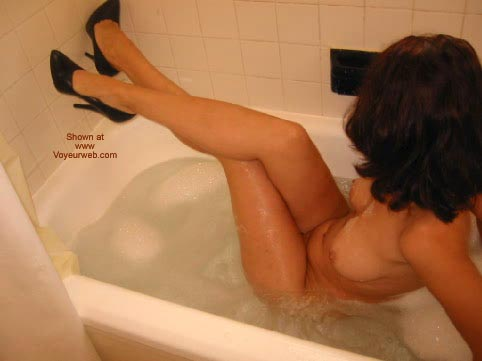 Pic #4 - Daddiesgrl Plays In The Tub