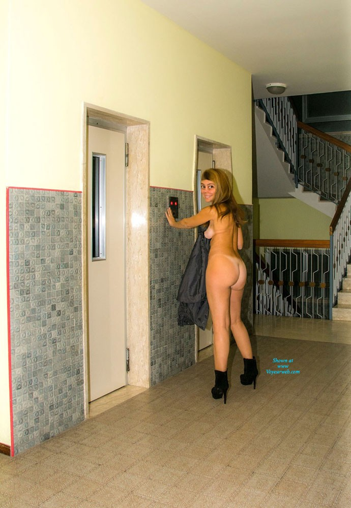 Nude Walking in The Hotel - Blonde Hair, Exposed In Public, Heels, Nude In Public, Sexy Ass , I Lost The Game And For Penalty I Have To Go Walking Nude Around The Hotel!