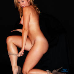 Elise: nude in profile kneeling