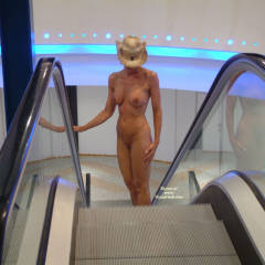 Bexx: exhibitionist nude on escalator