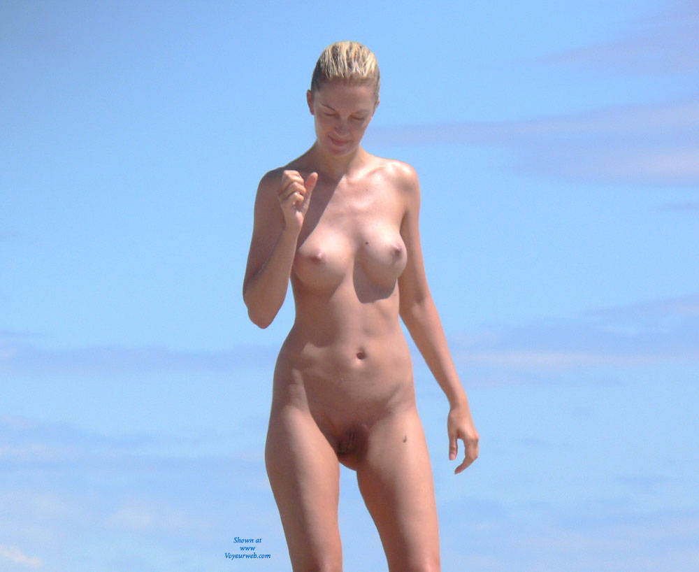 Real Beach Beauty - Big Tits, Blonde Hair, Beach Voyeur , A Beauty With Fantastic Boobs Walking On The Beach. What A View.