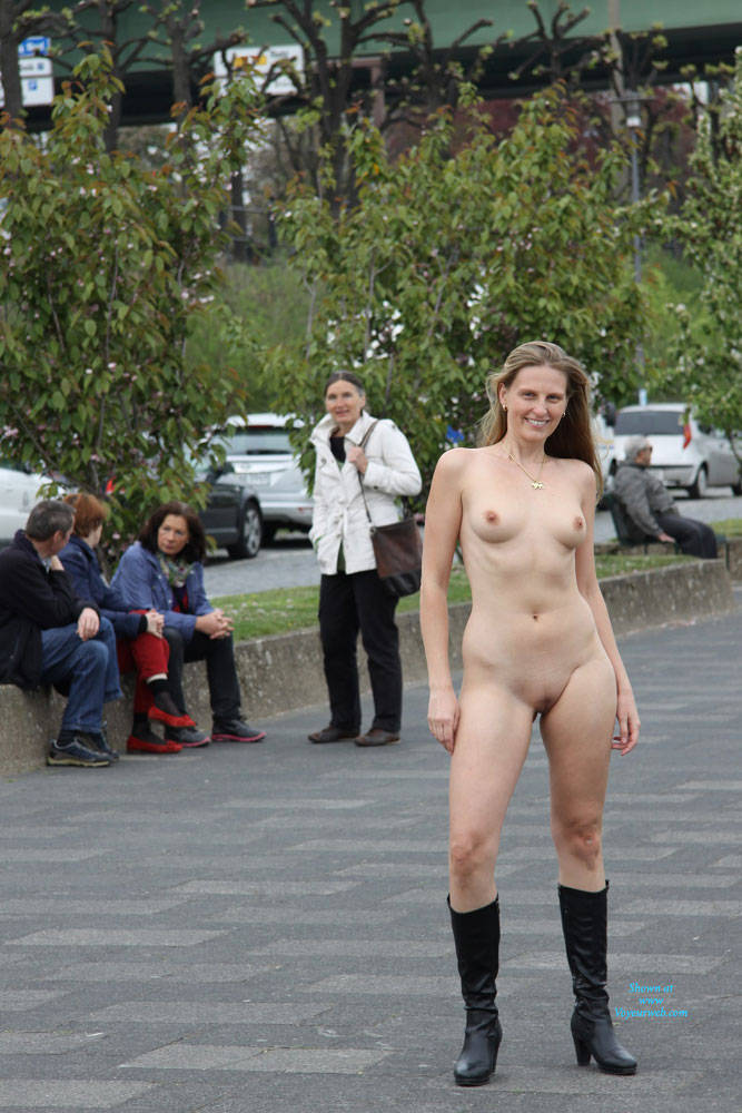 Amateur Without Bra Public