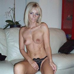 La Soeur de Malena Accepte un Strip Pour Vous - Blonde, Lingerie, Shaved, Striptease