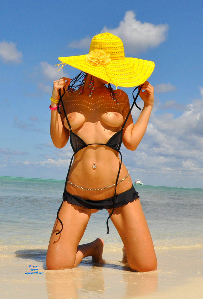 Sfizy, Transparent Micro Bikini... And Sailor - Big Tits, Bikini, Beach Voyeur , A Fun Sets With The Presence Of The Sailor, While Waiting To Bring Back Us On The Island, Has Enjoyed The Whole Show Of Sfizy!