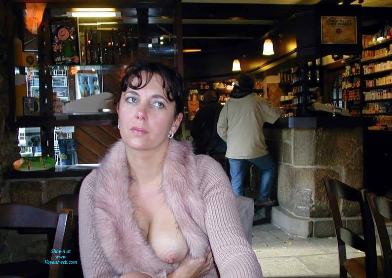 Amateur wife showing tits at bar