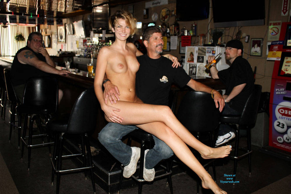 topless women in restaurant