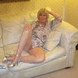 Relaxing At Home - High Heels Amateurs