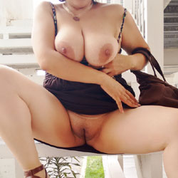 Bajo su Falda - Big Tits, Shaved