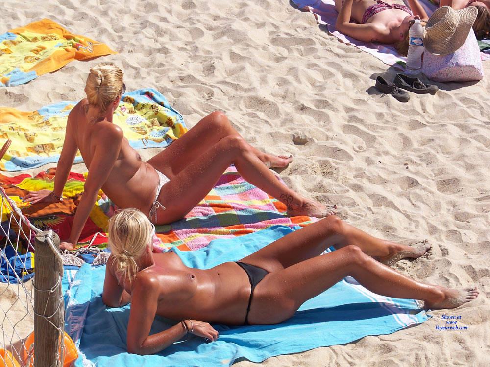 Amateur beach foto topless