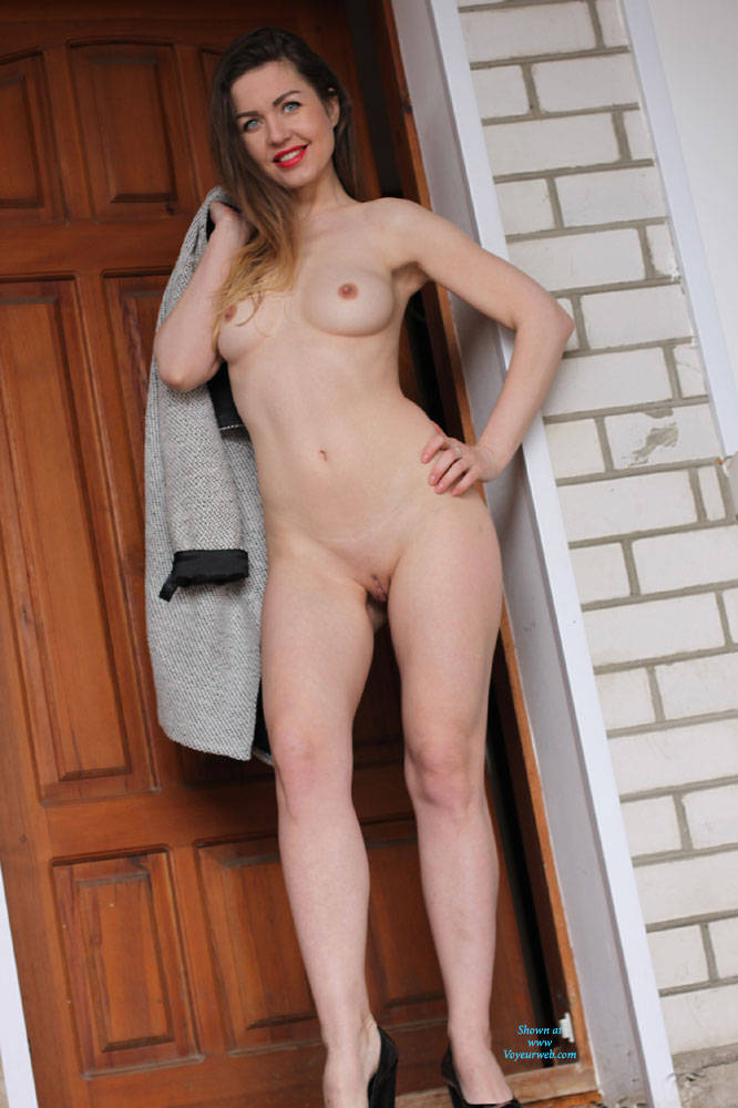 Nicole In The Yard - Big Tits , Model, Nude, Naked, Tight Butt, Light Skinned