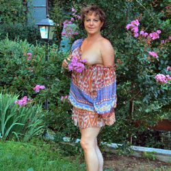 Strip In Giardino - Big Tits, Brunette, Outdoors, Bush Or Hairy