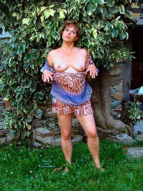 Pic #4 Strip In Giardino - Big Tits, Brunette, Outdoors