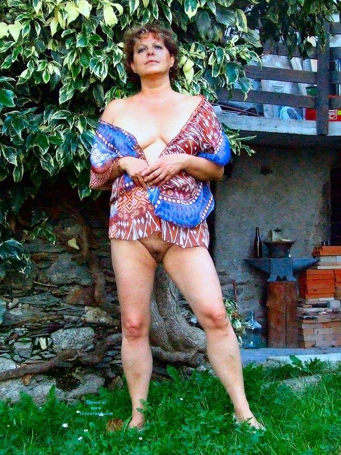 Pic #5 Strip In Giardino - Big Tits, Brunette, Outdoors