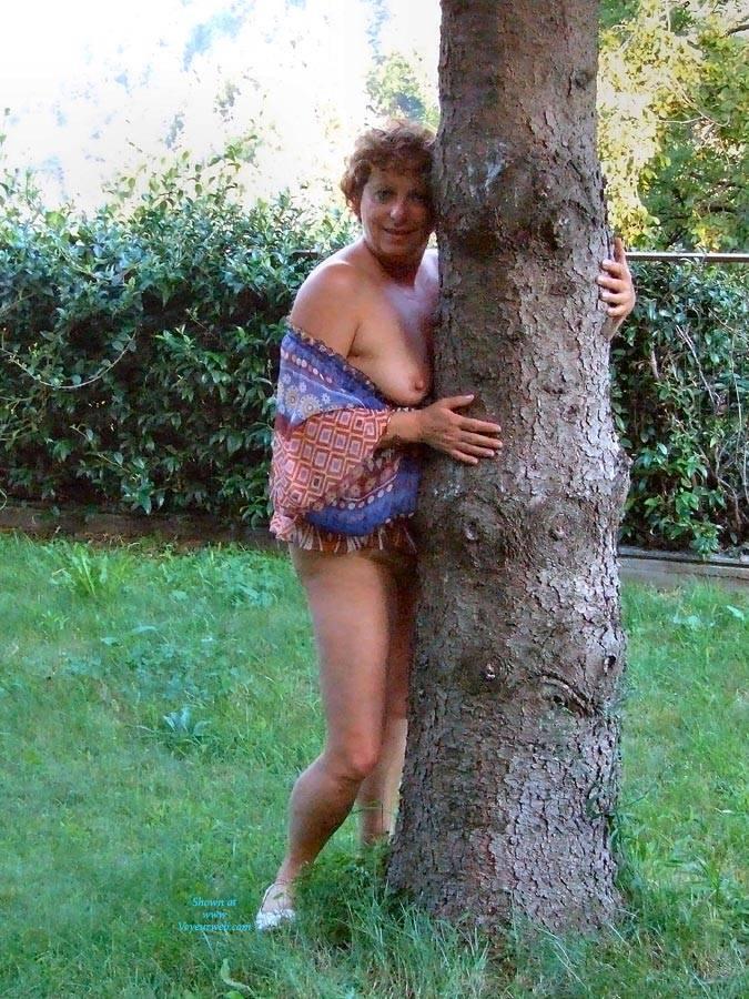 Pic #10 Strip In Giardino - Big Tits, Brunette, Outdoors