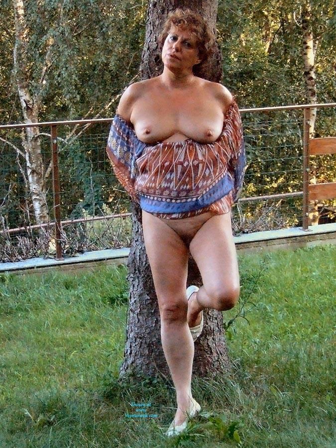 Pic #2 Strip In Giardino - Big Tits, Brunette, Outdoors