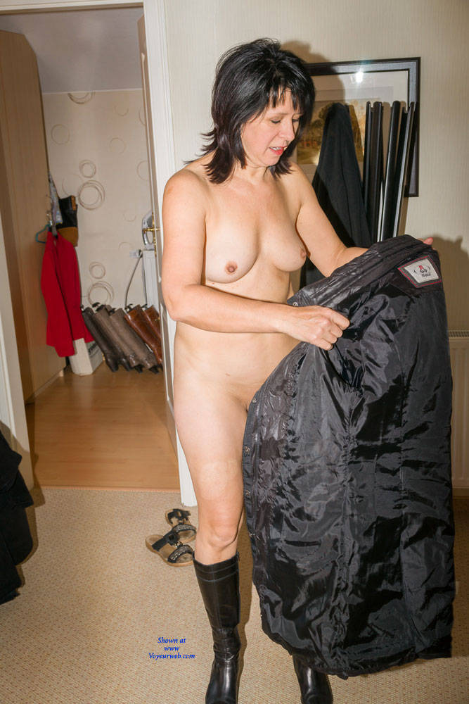 Pic #1 Cold Outside - Brunette, Shaved, Medium Tits