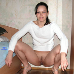 Mariana Squatting - Brunette, High Heels Amateurs