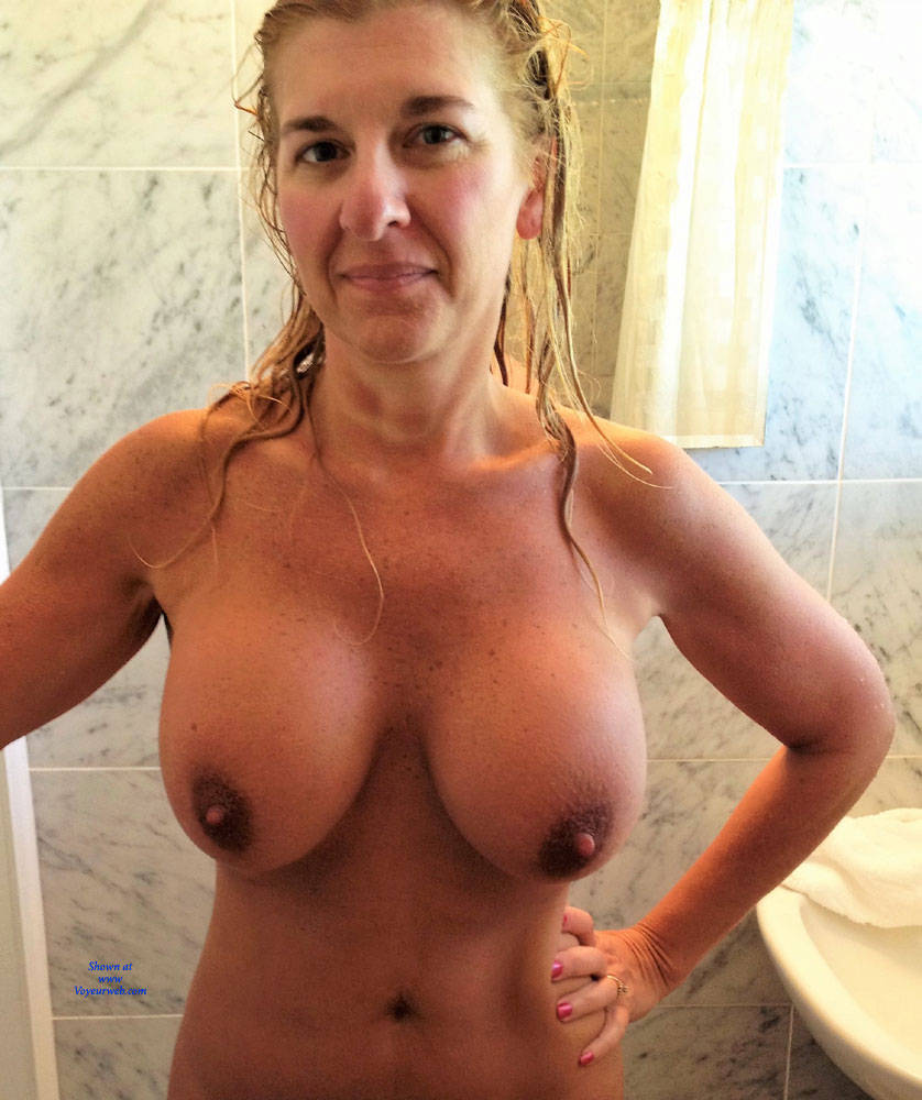 Amature wife likes to show her big tits
