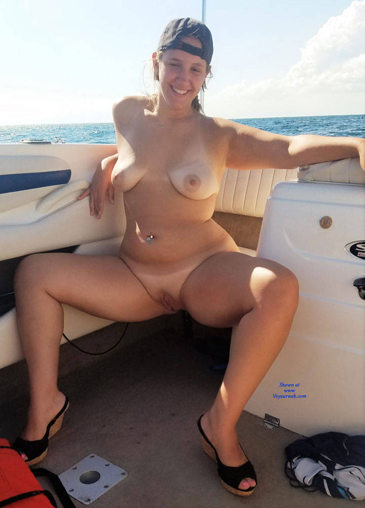 Goes! Topless housewives on boat
