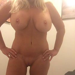 Showing Her Curves - Nude Amateurs, Big Tits