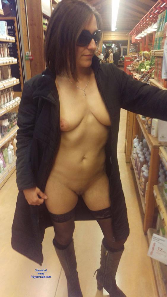 Pic #1 Un Samedi A MTP (Exhib) 2 Partie - Big Tits, Brunette, Public Exhibitionist, Flashing, Public Place, Amateur