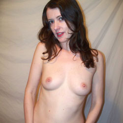 Amateur MILF Emma Posing Nude And Spreading - Topless Girls, Brunette, Lingerie