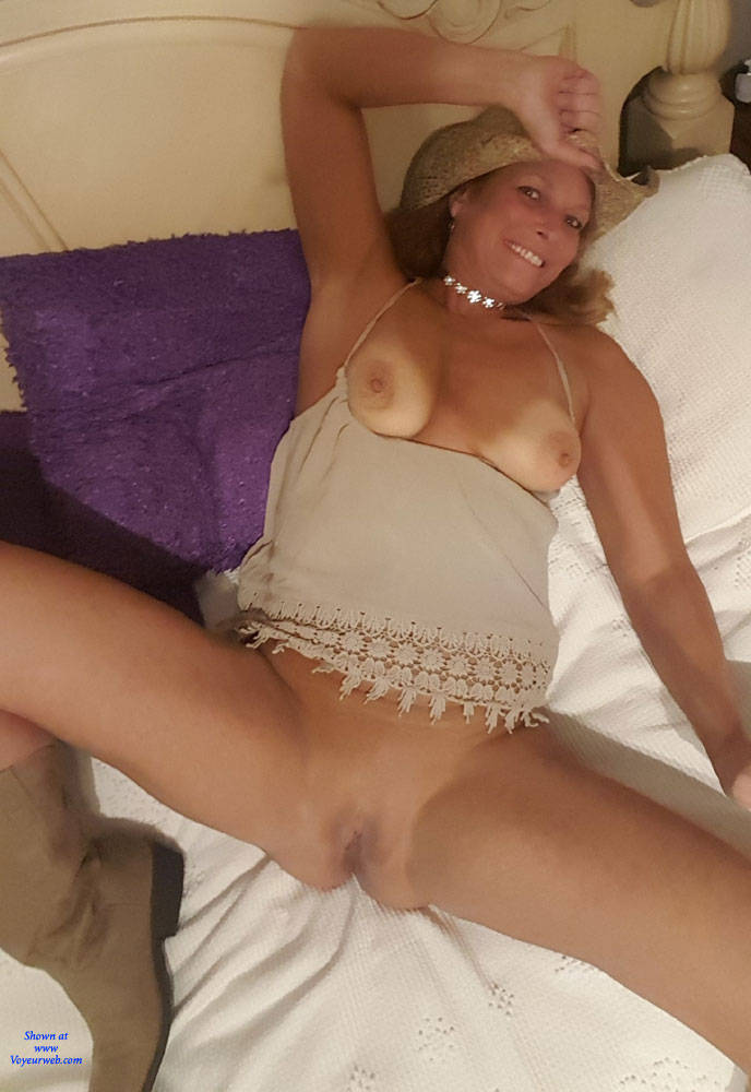 Pic #7 A Few Smiles - Big Tits, Shaved, Amateur